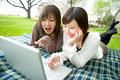 タイトル:ノートパソコンと女性