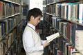 タイトル:図書室で本を読む男子高生