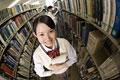 タイトル:図書室で本を読む高校生