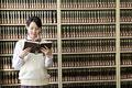 タイトル:図書室で本を読む女子高生