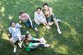 タイトル:芝生に座る男女