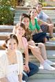 タイトル:階段に座る若者