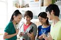 タイトル:ワインを飲む日本人男女グループ