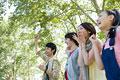 タイトル:応援する日本人男女グループ