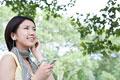 タイトル:音楽を聴く日本人女性