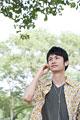 タイトル:音楽を聴く日本人男性