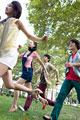 タイトル:走る日本人男女グループ
