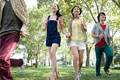 タイトル:歩く日本人男女グループ