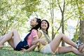 タイトル:芝生に座る日本人女性