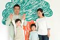 タイトル:木の絵の前に立つ家族
