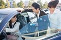 タイトル:車の試乗をする親子