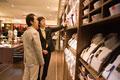 タイトル:ネクタイを選ぶ男性と店員