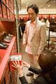タイトル:革靴を選ぶ男性と店員