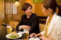 タイトル:居酒屋で会話する男女