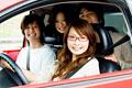 タイトル:車の中の若者たち