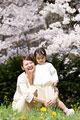 タイトル:桜の下で笑顔の母親と女の子