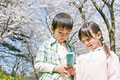 タイトル:携帯を見る男の子と女の子