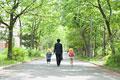タイトル:手をつないで歩く父親と子供たち