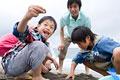 タイトル:潮干狩りをする家族