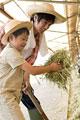 タイトル:干し草を持つ男の子と父親