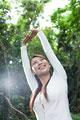 タイトル:森の中で伸びをする女性