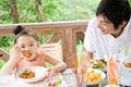 タイトル:おいしそうにカレーを食べる家族