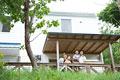 タイトル:バルコニーから外を眺める家族