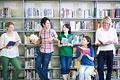 タイトル:図書室で話す学生たち