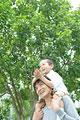 タイトル:肩車をする父と息子
