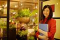 タイトル:オフィスの入口に立つ女性