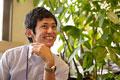 タイトル:植物の傍で笑顔のビジネスマン