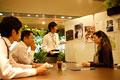 タイトル:会議をしている男女
