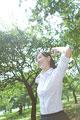 タイトル:緑の中で背伸びをしている女性