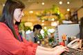 タイトル:パソコンに向かう女性