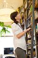 タイトル:本棚の資料を探している女性