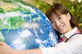 タイトル:地球に抱きつく女性