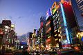 タイトル:歌舞伎町周辺の夕景とネオン