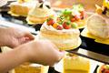 タイトル:ショーケースのフルーツケーキ