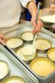 タイトル:ケーキを作るパティシエ