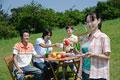 タイトル:ピクニックをする若い男女4人