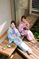 タイトル:縁側でお茶を飲む浴衣姿の若い女性2人