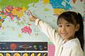 タイトル:世界地図を指差す小学生