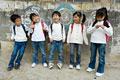 タイトル:おしゃべりをする小学生