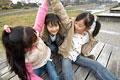 タイトル:公園で遊ぶ小学生