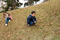 タイトル:坂で遊ぶ小学生