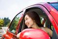 タイトル:車を運転する若い女性