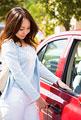 タイトル:車に乗り込む若い女性