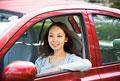 タイトル:助手席に乗る若い女性