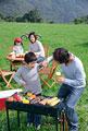 タイトル:草原でバーベキューをする家族