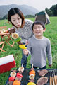 タイトル:バーベキューを楽しむ母と息子